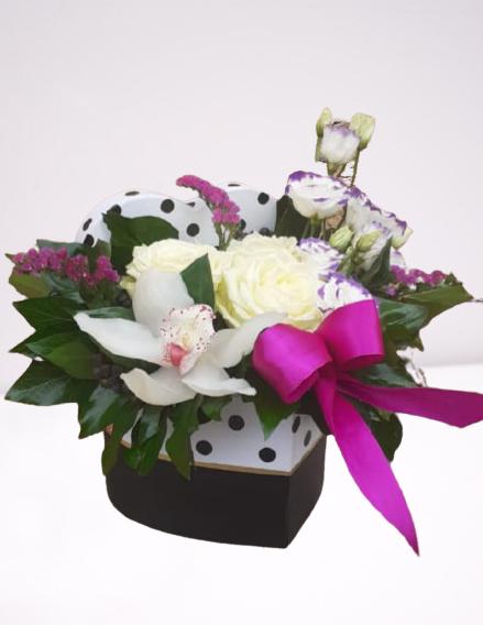 cutie din carton, tip inima, trandafiri albi, orhidee, lisianthus