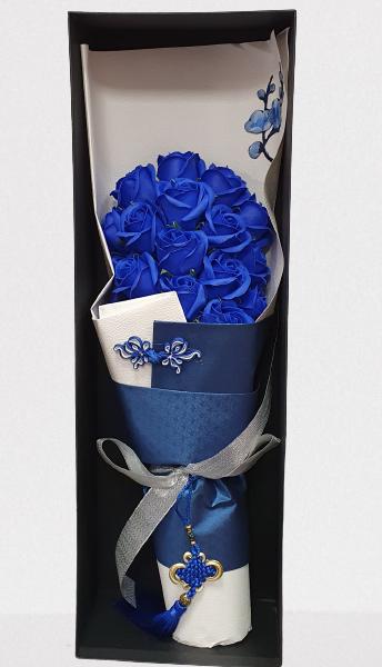 cutie de carton neagra, ambalaj decor, trandafiri de sapun albastri 19 fire