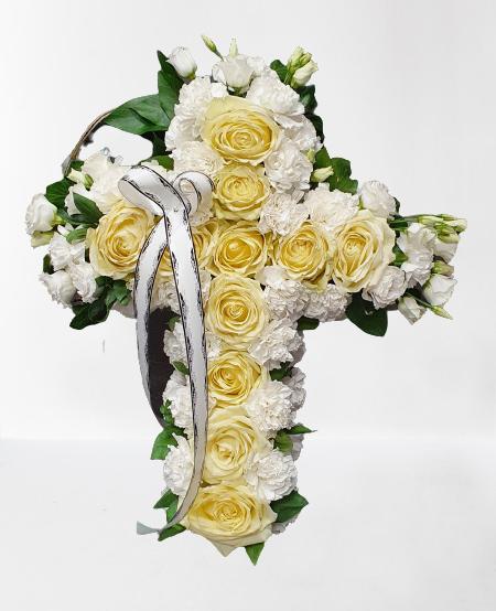 suport de burete tip cruce, trandafiri albi, garoafe albe, lisisnthus alb