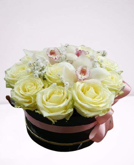 cutie de carton neagra, trandafiri albi, orhidee alba